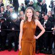 Ana Girardot dans une magnifique robe marron a fait le choix de ne pas porter de soutien-gorge lors de la montée des marches du Festival de Cannes. Le 24 mai 2013.