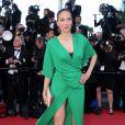 Carmen Chaplin dans une robe verte trop échancrée lors de la montée des marches du Festival de Cannes. Le 25 mai 2013.