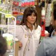 Kourtney Kardashian et sa soeur Kim filment une séquence dans une boutique de nourriture kasher pour l'émission Keeping up with the Kardashians. Los Angeles, le 30 mai 2013.