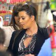 Kim et Kourtney Kardashian filment une séquence dans une boutique de nourriture kasher pour l'émission Keeping up with the Kardashians. Los Angeles, le 30 mai 2013.