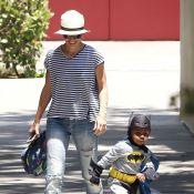 Sandra Bullock : Maman amusée et radieuse avec Louis, son craquant Batman