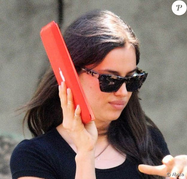 Irina Shayk se cache derrière son iPad à New York, le 2 juin 2013.