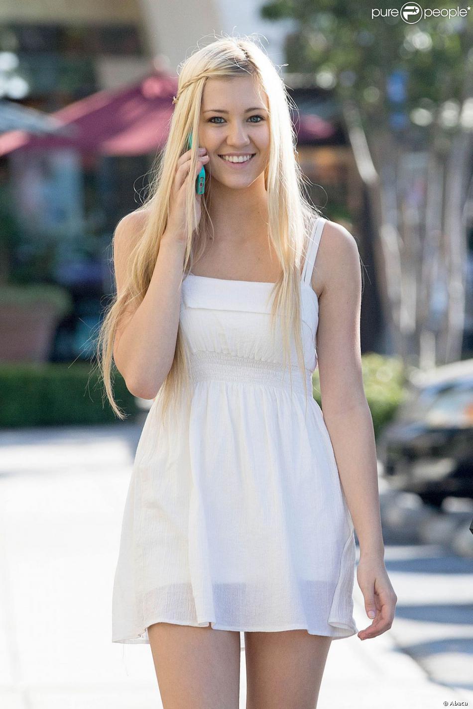 Ava Sambora, la fille d'Heather Locklear, dans les rues de Calabasas, le 7 juin 2013.