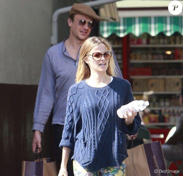 Jason Segel et Bojana Novakovic faisant des courses à Los Angeles le 9 juin 2013