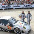 Patrick Dempsey prend la pose au côté de son coéquipier Joe Foster lors de la présentation des pilotes et des équipages qui particperont aux 24 Heures du Mans les 22 et 23 juin prochains dans les rues du Mans le 16 juin 2013