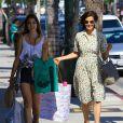 Teri Hatcher et sa fille Emerson font du shopping ensemble à Los Angeles, le 20 juin 2013. Alors que la mère arborait un look rétro très années 1950, sa fille, elle, avait un style plus rock.