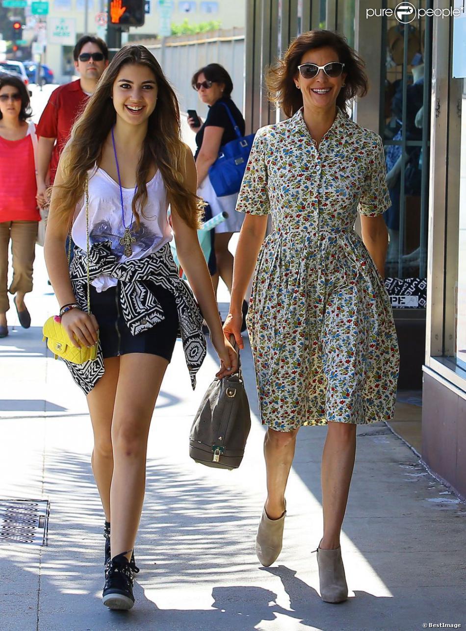 Teri Hatcher et sa fille Emerson se promènent à Los Angeles, le 20 juin 2013. Alors que la mère arborait un look rétro très années 1950, sa fille, elle, avait un style plus rock.
