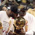 LeBron James et Dwyane Wadecélèbrent le titre NBA remporté par Miami Heat face aux Spurs de San Antonio le 20 juin 2013 à Miami.