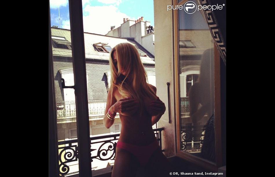 Shauna Sand gâte ses followers sur Instagram avec cette photo d'elle, topless à la fenêtre de sa chambre d'hôtel à Genève.