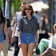 Comment porter le jean cet été ? Comme Alexa Chung on adopte le short en jean taille haute