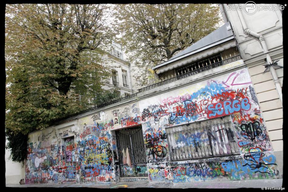 La façade taguée de la maison de serge gainsbourg rue de verneuil à paris