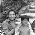 Serge Gainsbourg et sa fille Charlotte à Saint Tropez en 1977.