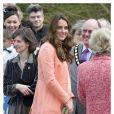 Kate Middleton, la duchesse de Cambridge, enceinte, rencontre les enfants de la maison de repos 'Naomi' à Hampshire, le 29 avril 2013.