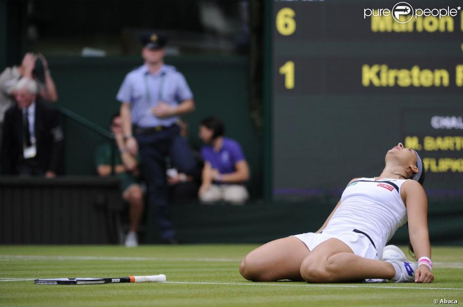 Marion Bartoli, à terre sur la pelouse de Wimbledon après sa victoire en demi-finale face à Kirsten Flipkens au All England Lawn Tennis and Croquet Club de Londres, le 4 juillet 2013