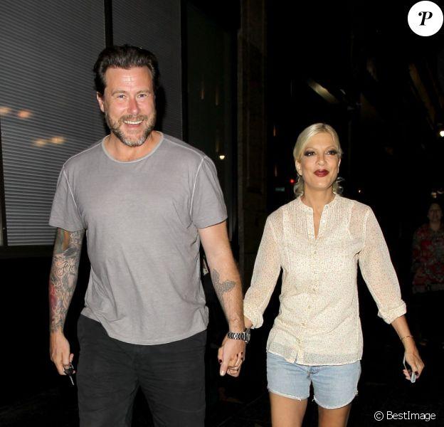Tori Spelling et son mari Dean McDermott pour une fois sans les enfants. Ils se sont offerts une soirée en amoureux. Ils quittent un restaurant à Hollywood le 6 juillet 2013. Dean, blessé, porte une attelle sur la cheville droite. Heureusement, sa femme l'aide.