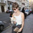 Pixie Geldof se promène avec son chien à Londres, le 8 juillet 2013.