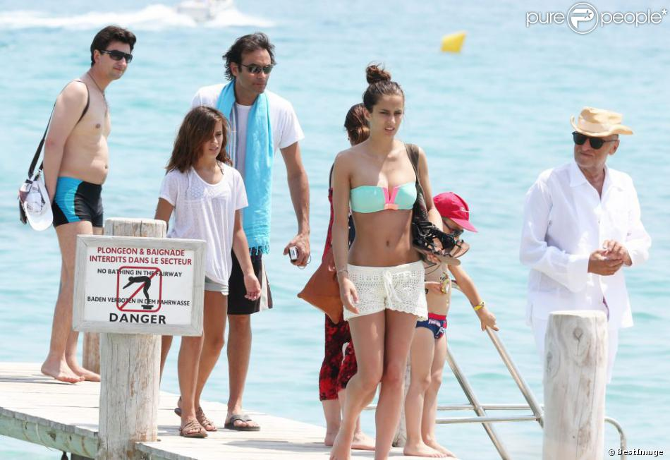 Anthony Delon arrive au Club 55 à Ramatuelle, entouré de Lou et Liv, ses deux filles, le mardi 9 juillet 2013.