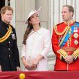 Kate Middleton, enceinte, avec les princes William et Harry le 15 juin 2013 à Londres pour la parade Trooping the Colour.