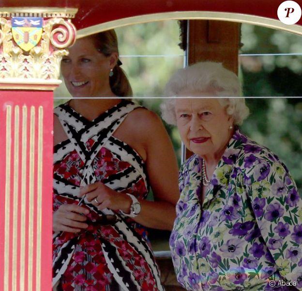 La reine Elizabeth II a fait un petit tour dans les environs du château de Windsor à bord de la barge Gloriana, le 9 juillet 2013, en compagnie de ses fils Andrew et Edward et de sa belle-fille Sophie de Wessex.