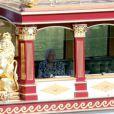 La reine Elizabeth II, qui est restée à l'ombre dans la cabine, a fait un petit tour dans les environs du château de Windsor à bord de la barge Gloriana, le 9 juillet 2013, en compagnie de ses fils Andrew et Edward et de sa belle-fille Sophie de Wessex.