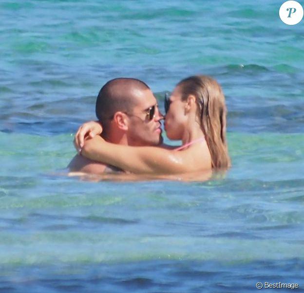 Victor Valdés en vacances avec sa femme enceinte Yolanda Cardona à Formentera en Espagne le 7 juillet 2013.