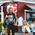 Exclusif. Chris Martin avec ses enfants Apple et Moses à Los Angeles le 30 mars 2013