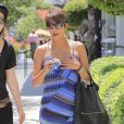 Halle Berry, enceinte, fait du shopping avec une amie a Culver City, le 28 juin 2013  Pregnant 'The Call' actress Halle Berry does some shopping at a furniture with a friend in Culver City, California on June 28, 201328/06/2013 - Culver City