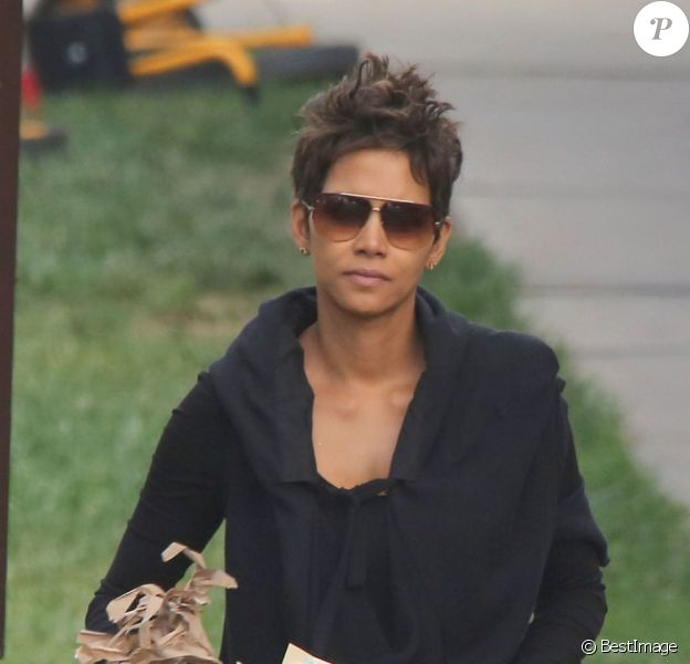 Halle Berry, enceinte, retourne a sa voiture, un dessin de sa fille Nahla a la main, apres l'avoir accompagnee a l'ecole a Los Angeles  Halle Berry carries some art projects back to her car after dropping off her daughter Nahla at school on May 21, 2013 in Los Angeles21/05/2013 - Los Angeles