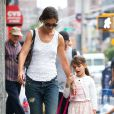 Katie Holmes et sa fille Suri se promènent à New York, le 12 juillet 2013.