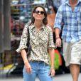 Katie Holmes, matinale, seule dans les rues de New York. La maman de Suri Cruise, très décontractée en jean et chemise à carreaux, n'a pas lâché du regard les paparazzi. Le 12 juillet 2013.