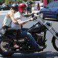 Adam Levine se balade à moto avec sa petite amie Behati Prinsloo à Los Angeles en août 2012