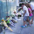 Des messages déposés par les fans de Cory Monteith devant l'hôtel de Vancouver où il a trouvé la mort le 13 juillet 2013.