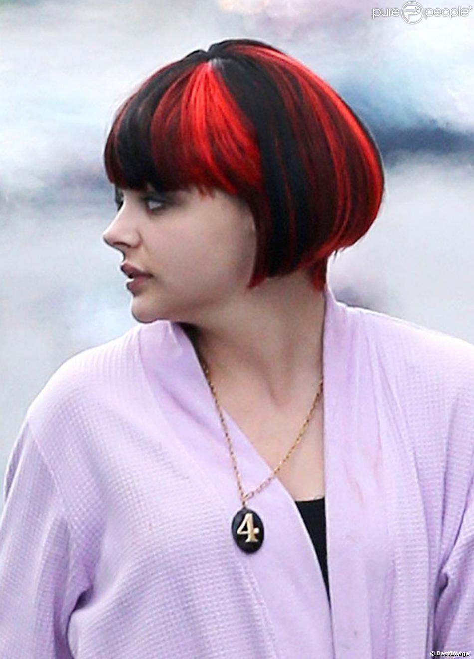 """Chloë Grace Moretz porte une perruque noir et rouge sur le tournage du nouveau film """"The Equalizer"""" à Chelsea dans le Massachussetts, le 18 juillet 2013."""