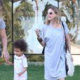 Exclusif - Ellen Pompeo et sa fille Stella dans les rues de West Hollywood, le 23 juillet 2013.