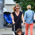 Ellen Pompeo se promène avec sa fille Stella à New York, le 12 juillet 2013.