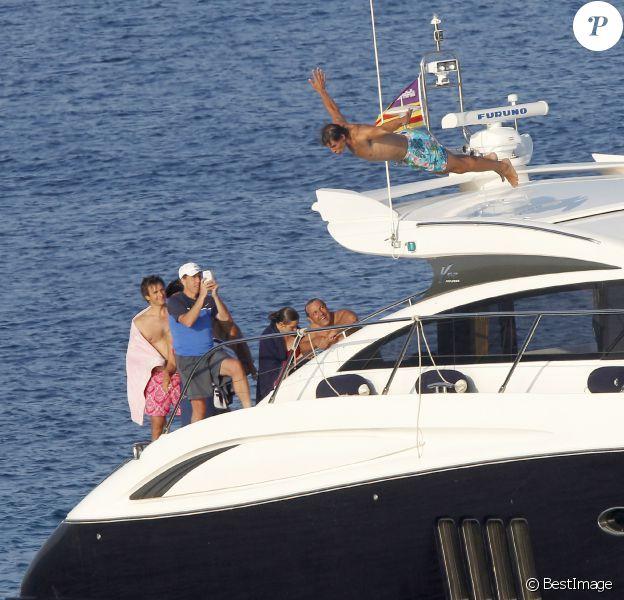 Rafael Nadal joue les plongeurs de l'extrème devant ses amis et sa famille sur son bateau ancré au large de Majorque, le 24 juillet 2013