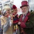 Le prince Charles, accompagné de son épouse Camilla Parker Bowles, au Festival de l'huître de Whitstable, dans le Kent, le 29 juillet 2013. Une sortie à l'occasion de laquelle il a confié que son petit-fils le prince George serait en un rien de temps surnommé Georgie.