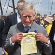 Un joli petit T-Shirt pour 'Georgie of Cambridge' ! Le prince Charles, accompagné de son épouse Camilla Parker Bowles, au Festival de l'huître de Whitstable, dans le Kent, le 29 juillet 2013. Une sortie à l'occasion de laquelle il a confié que son petit-fils le prince George serait en un rien de temps surnommé Georgie.
