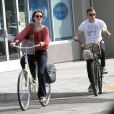 Evan Rachel Wood et Jamie Bell font du vélo à Los Angeles, le 11 juillet 2012.