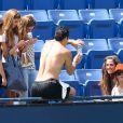 Kaley Cuoco prend la pause avec plus ou moins d'enthousiasme avec ses fans alors que son homme Ryan Sweeting s'entraîne dur sous le soleil de Los Angeles le 3 août 2013