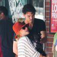 Kaley Cuoco ne peut résister à l'idée de prendre un chiot dans ses bras au Whole Foods Market de Sherman Oaks sous les yeux de son nouvel homme Ryan Sweeting, le 3 août à Los Angeles