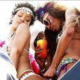 Rihanna et Melissa Forde, sexy sur un char mobile lors de la parade du festival Crop Over 2013 à la Barbade. Le 5 août 2013.
