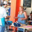 Exclusif - La sympathique Busy Philipps se rend dans une boutique de confection de gâteaux à West Hollywood, le 9 août 2013.