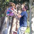 EXCLUSIVITE : Alexis Denisof en famille dans un parc de Los Angeles avec ses petites filles, le 10 août 2013.