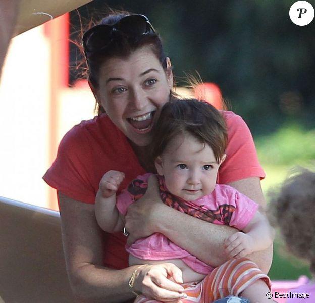 EXCLUSIVITE : Alyson Hannigan avec ses petites filles dans un parc de Los Angeles, le 10 août 2013.