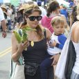 L'actrice Selma Blair et son fils Arthur Bleick au Farmers Market à Studio City, le 14 juillet 2013.