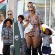 Heidi Klum, accompagnée de son petit ami Martin Kirsten, emmène ses enfants Leni, Henry, Johan et Lou au Starbucks café à Brentwood, le 11 août 2013.