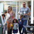 Heidi Klum et petit ami Martin Kirsten emmène ses enfants Leni, Henry, Johan et Lou au café Starbucks à Brentwood, le 11 août 2013.