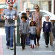 Heidi Klum, accompagnée de son petit ami Martin Kirsten, emmène ses enfants Leni, Henry, Johan et Lou au café Starbucks à Brentwood, le 11 août 2013.
