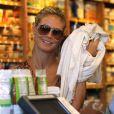 """Heidi Klum fait du shopping à """"Whole Foods"""", accompagnée de son petit ami Martin Kirsten et de ses enfants à Brentwood, le 11 août 2013."""